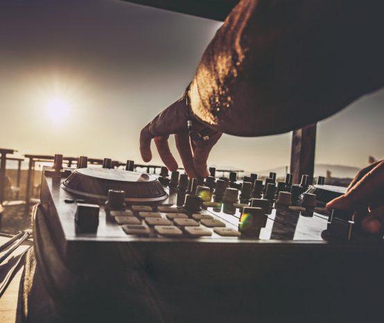 Contrato para DJ: como deve ser feito?
