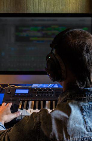 Afinal, qual a diferença entre DJ e produtor musical? Descubra!